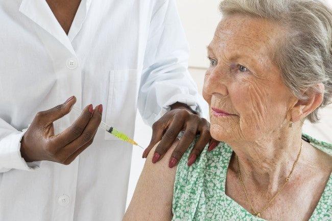 واکسن آنفولانزا برای  اکثر سالمندان بسیار ضروری است.