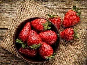 توت فرنگی حاوی اسید مالیک است که برای سفیدی دندان ها بسیار مفید است.