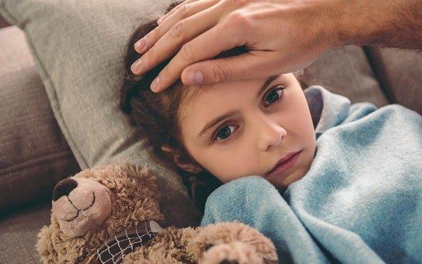 یکی از علائم سرما خوردگی در کودکان، تب خفیف است.